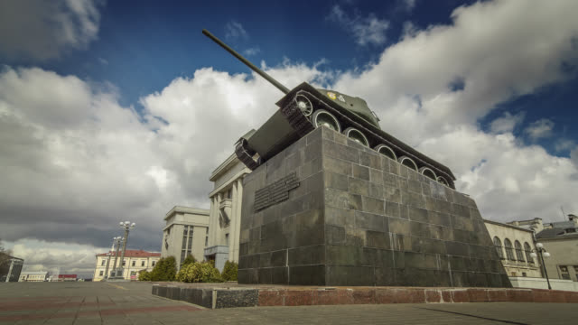 vidéos et rushes de motorized time lapse of the monument of t34 tank in minsk city, belarus. - char véhicule blindé