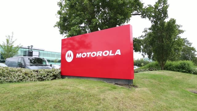 vídeos y material grabado en eventos de stock de motorola logo sits on a sign outside motorola mobility uk ltds offices in chineham, uk, on friday, june 27 various shots a motorola logo sits outside... - motorola
