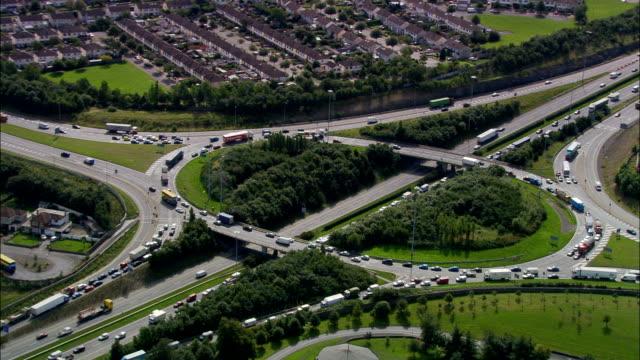 vídeos de stock e filmes b-roll de estrada m50 vista aérea -, irlanda - road junction