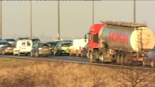 motorway closed after crash; england: derbyshire: m1 motorway: ext traffic jam on motorway - traffic jam点の映像素材/bロール