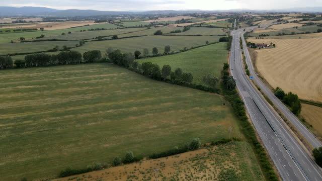 vídeos de stock e filmes b-roll de motorway in the italian tuscany from the sky - sentar se