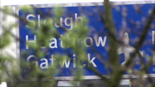 motorway road sign for heathrow, slough and gatwick, uk - ガトウィック空港点の映像素材/bロール