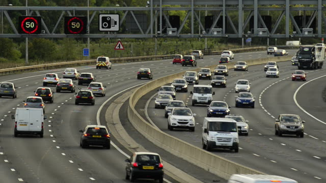 m25 motorway rush hour traffic - m25 video stock e b–roll