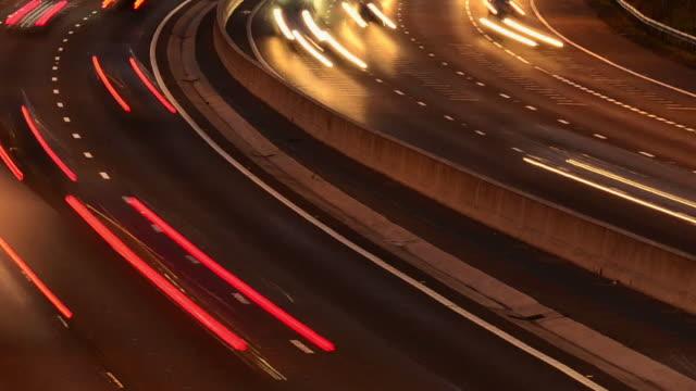 stockvideo's en b-roll-footage met m25 motorway rush hour traffic - kromme