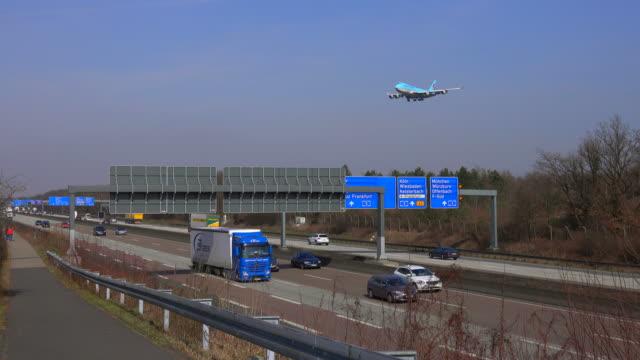 vídeos y material grabado en eventos de stock de motoway a5 and landing airplanes for frankfurt airport, frankfurt am main, hesse, germany - llegada