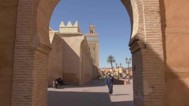 vídeos de stock e filmes b-roll de moulay el yazid mosque through archway, marrakesh, morocco, north africa, africa - marrocos
