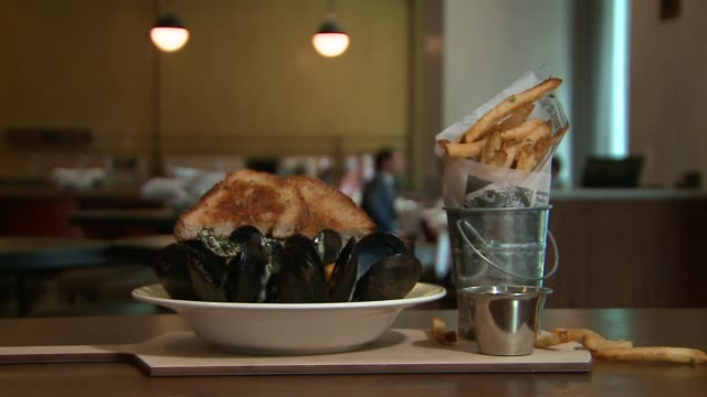 moules frites at french bistro cochon volant in chicago on december 1, 2015. - ムール貝点の映像素材/bロール
