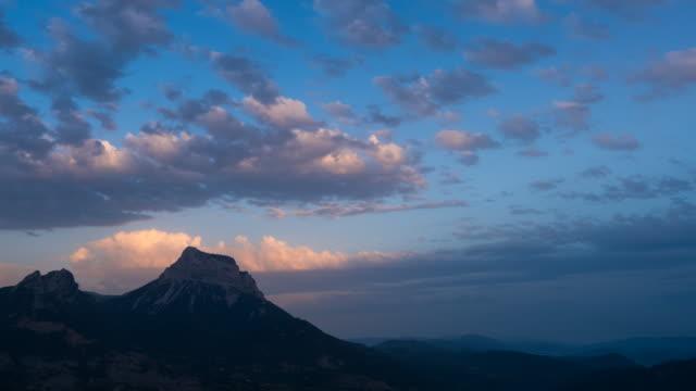 vídeos y material grabado en eventos de stock de mount and clouds at sunset - comunidad autónoma de aragón