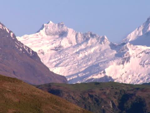 vidéos et rushes de ws, pan, mount aspiring covered with snow, mount aspiring national park, new zealand - mont aspiring