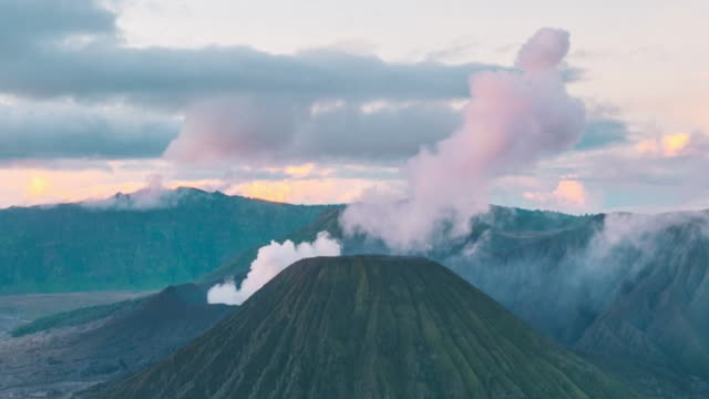 vídeos y material grabado en eventos de stock de volcán monte bromo durante el amanecer, java oriental, indonesia. alejar cámara - java