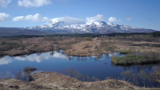ws aerial mount chokai and lake, nikaho, akita prefecture, japan - 鳥海山点の映像素材/bロール