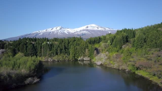 ws aerial mount chokai and lake, yuza, yamagata prefecture, japan - 鳥海山点の映像素材/bロール