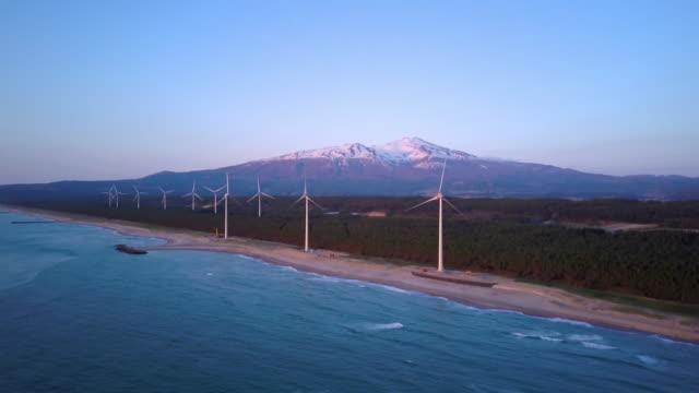 ws aerial mount chokai and wind turbines on beach, yuza, yamagata prefecture, japan - 鳥海山点の映像素材/bロール