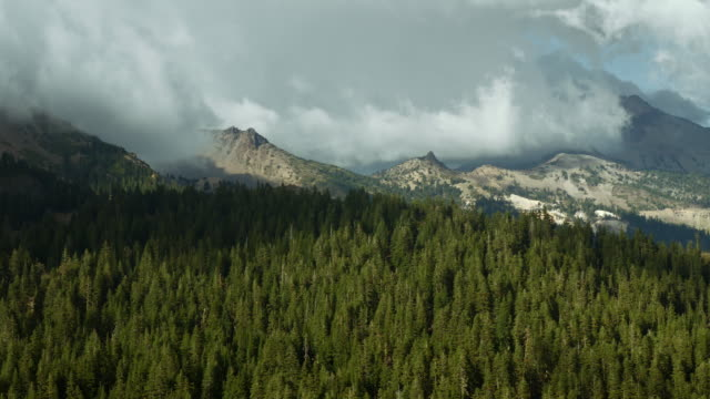 mount dillon and pilot pinnacle on a cloudy day in lassen volcanic national park. - 景勝地点の映像素材/bロール