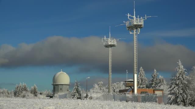 vidéos et rushes de mount erbeskopf, radar station at summit plateau, rhineland-palatinate, germany - équipement de télécommunication