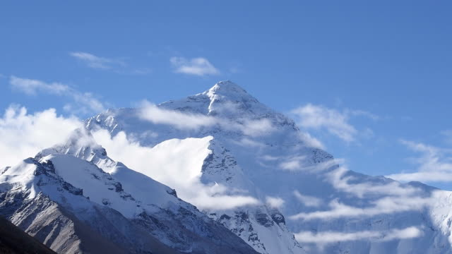 stockvideo's en b-roll-footage met mount everest hd timelapse video. tibet. china - mount everest