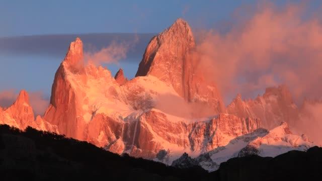 vídeos y material grabado en eventos de stock de mount fitz roy at dawn. argentina, patagonia. - américa del sur