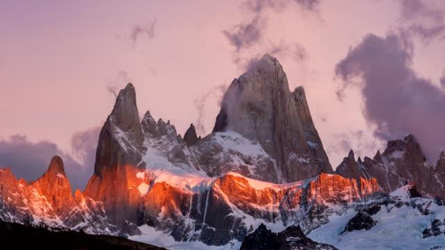 vídeos y material grabado en eventos de stock de mount fitz roy at dawn. argentina, patagonia.timelapse - argentina