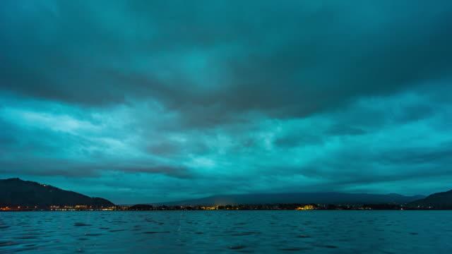 曇り空の河口湖から富士山の眺め、夕暮れタイムラプスビデオ - 山梨県点の映像素材/bロール