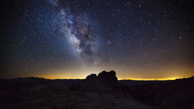 stockvideo's en b-roll-footage met mount hoffman milky way - majestueus