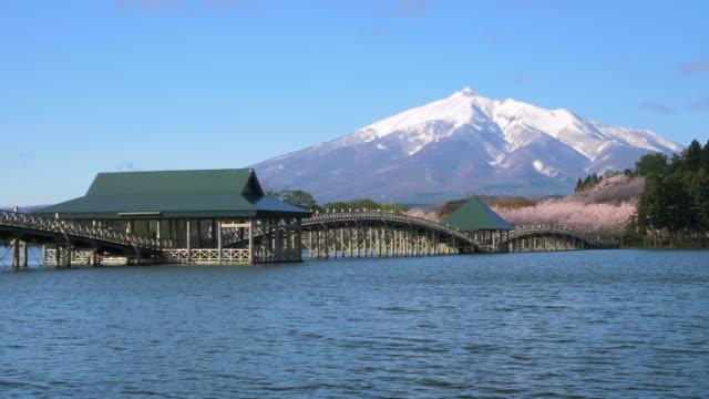 ws mount iwaki, tsurunomai bridge and lake, kitatsugaru district, aomori prefecture, japan - naturwunder stock-videos und b-roll-filmmaterial