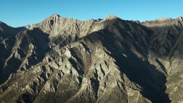 vídeos de stock, filmes e b-roll de mount keith and mount bradley, two peaks in the eastern sierra nevada mountains. - ponto de referência natural