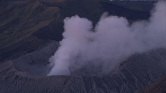 vidéos et rushes de mount merapi releases smoke. - entrer en éruption