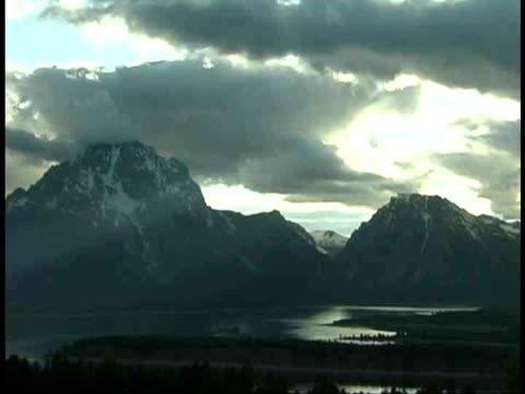 ws, mount moran and jackson lake, grand teton national park, wyoming, usa - grand teton stock-videos und b-roll-filmmaterial