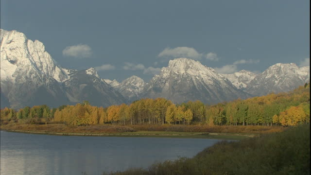 mount moran towers behind the snake river in grand teton national park. - mt moran stock videos & royalty-free footage
