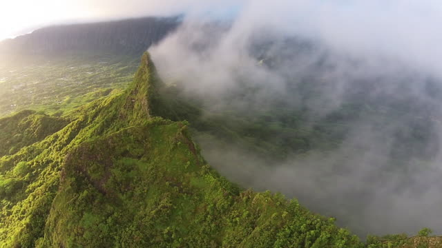 stockvideo's en b-roll-footage met mount olomana, hawaii aerial pan. - oahu