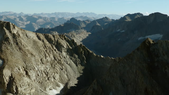 vídeos de stock, filmes e b-roll de mount powell, one of the many peaks measuring over 13,000 feet high in the eastern sierra nevada mountains. - ponto de referência natural