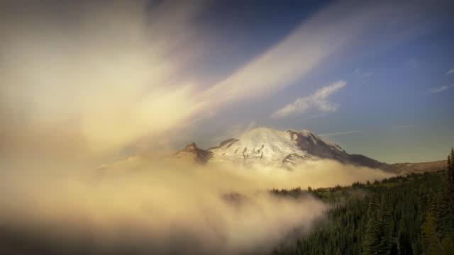 vídeos y material grabado en eventos de stock de mount rainier emerging in morning mist - monte rainier