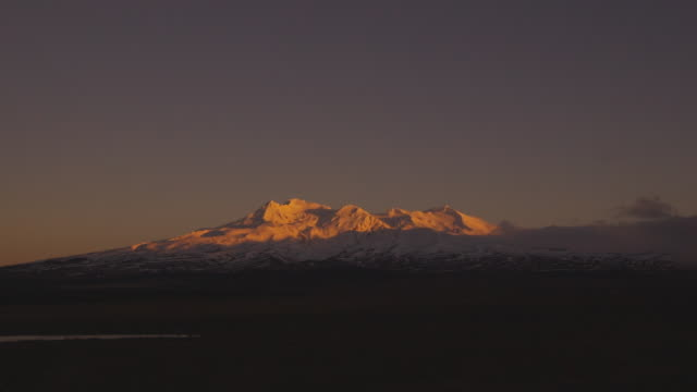 t/l, ws, mount ruapehu at dawn, tongariro national park, north island, new zealand - tongariro national park stock videos & royalty-free footage