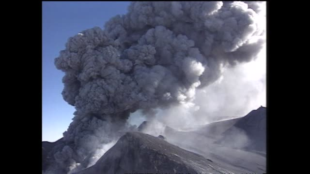 vidéos et rushes de mount ruapehu eruption with aerial views of billowing pillar of steam and ash rising from crater lake - répandre