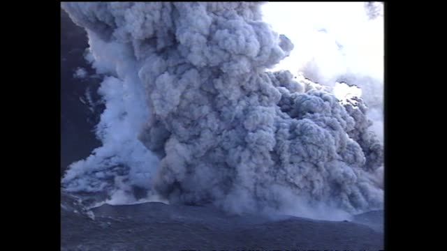 vídeos y material grabado en eventos de stock de mount ruapehu eruption with aerial views of billowing pillar of steam and ash rising from crater lake - parque nacional crater lake
