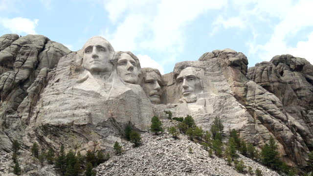 mount rushmore an einem sonnigen tag - george washington stock-videos und b-roll-filmmaterial