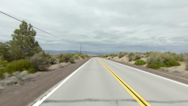 vídeos de stock e filmes b-roll de mount shasta xvii synced series rear view driving process plate - abeto