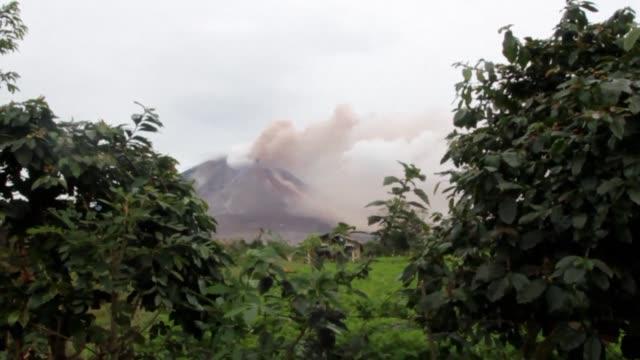 vídeos y material grabado en eventos de stock de mount sinabung on sumatra island erupts again - monte sinabung