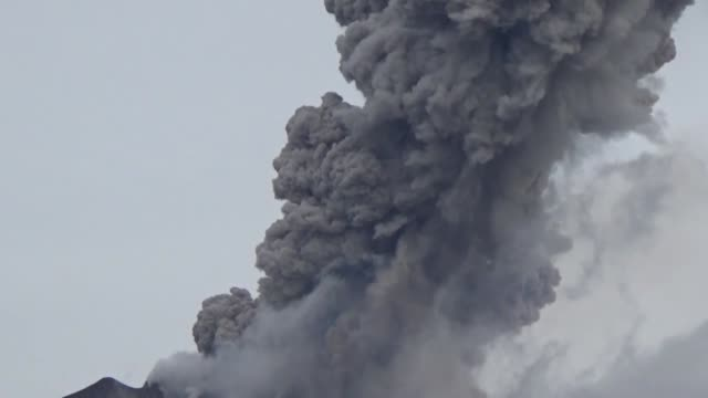 mount sinabung spewing volcanic ash smoke around 15 kilometers into sky evacuation started in karo regent in jakarta indonesia on october 06 2016 - evacuazione video stock e b–roll