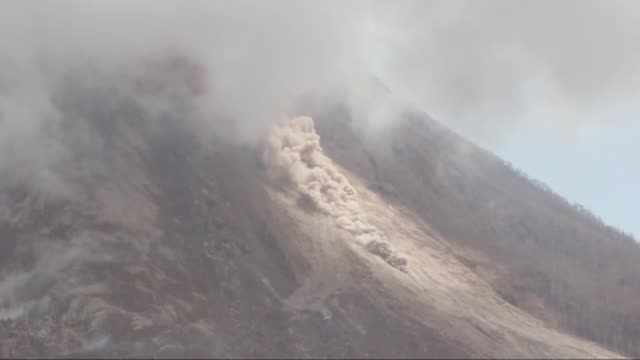 mount sinabung spews volcanic materials from its crater in tanah karo north sumatra indonesia on june 16 2015 nearly 1200 residents were being... - evacuazione video stock e b–roll