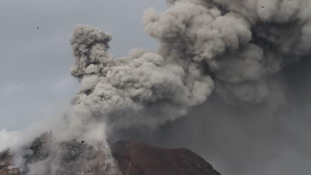 vídeos y material grabado en eventos de stock de mount sinabung volcano an eruption in north sumatra - monte sinabung