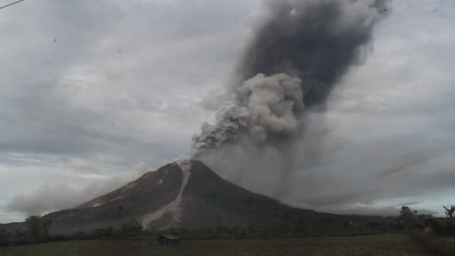 mount sinabung volcano an eruption in north sumatra - vulcano video stock e b–roll