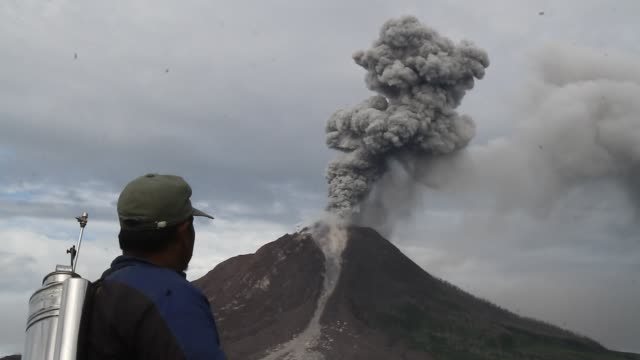mount sinabung volcano an eruption in north sumatra - erupting stock videos & royalty-free footage