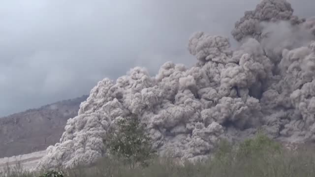 stockvideo's en b-roll-footage met mount sinabung volcano spews thick volcanic ash in karo north sumatra on november 8 2016 many residents in the area have been forced to relocate to... - active volcano
