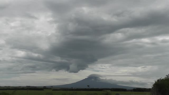 vídeos de stock e filmes b-roll de mount taranaki or mount egmont is an active but quiescent stratovolcano in the taranaki region on the west coast of new zealand's north island... - nublado
