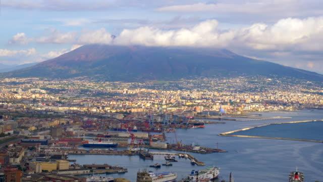 mount vesuvius overlooks the city of naples, italy - ナポリ点の映像素材/bロール