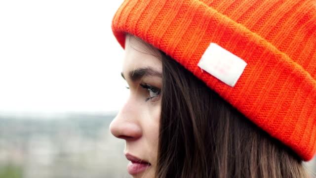 山の冒険。女性の風景を眺め - ニット帽点の映像素材/bロール