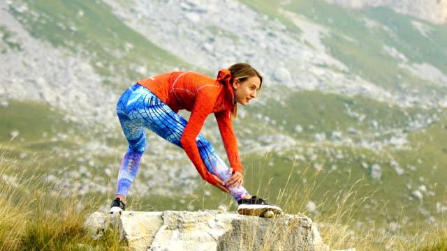 山の冒険。若い女性のトレーニング - 朗らか点の映像素材/bロール