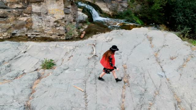 bergabenteuer. junge frau reisen. luftbild - georgia stock-videos und b-roll-filmmaterial