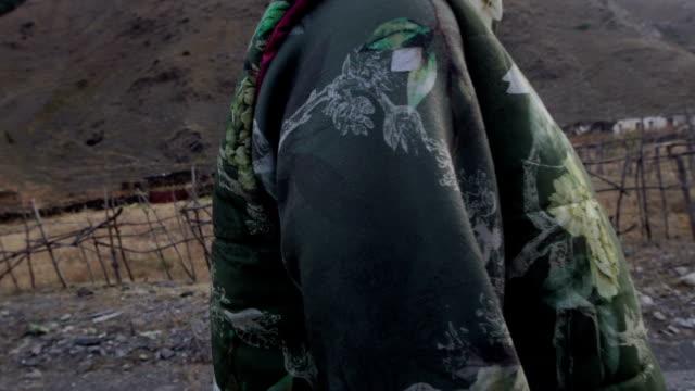 stockvideo's en b-roll-footage met berg avontuur. jonge vrouw reizen - alleen één tienermeisje